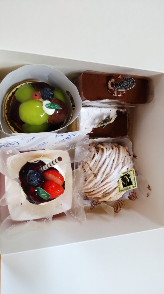 パティスリー 風見鶏 チョコレートケーキ モンブラン ミゼラブル 季節のタルト レアチーズ